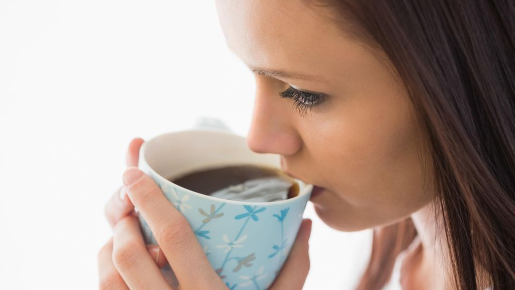 Ini Alasan Baiknya Hindari Minum Kopi Atau Teh Saat Makan