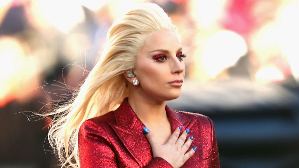 Buka Acara Super Bowl, Lady Gaga Tampil Serba Merah Dalam Balutan Gucci