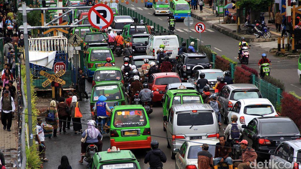 Kerumunan Sopir Angkot di Terminal Laladon Dibubarkan Polisi