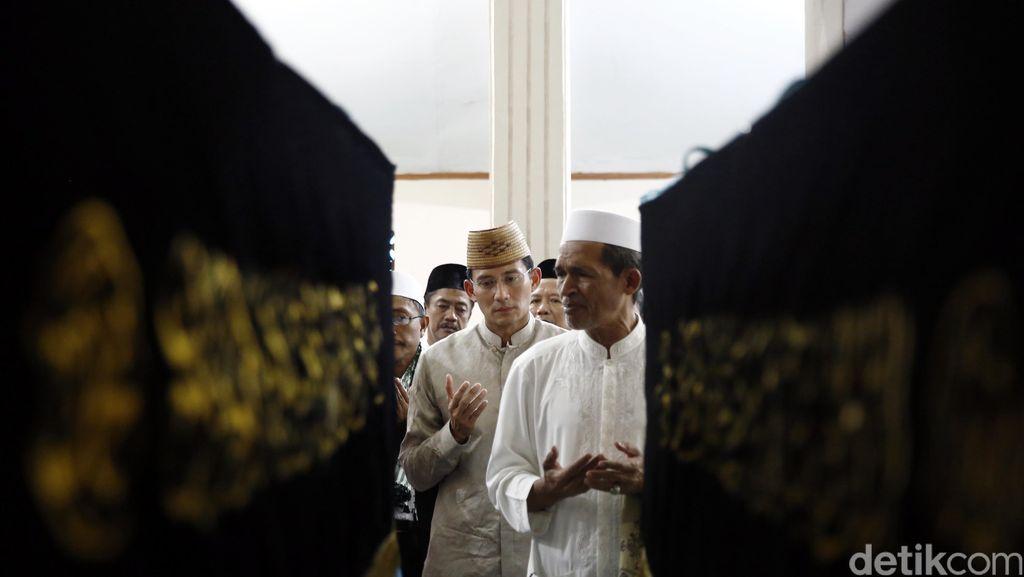 Sandiaga Uno Ziarah ke Makam Habib Asyatiri