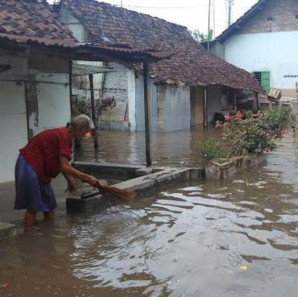 Ratusan Warga Korban Banjir Jebolnya Tanggul Sadar Diungsikan