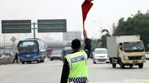 Terobos Tol Cikampek Pakai Motor Listrik, Seorang Ibu Disemprit Polisi