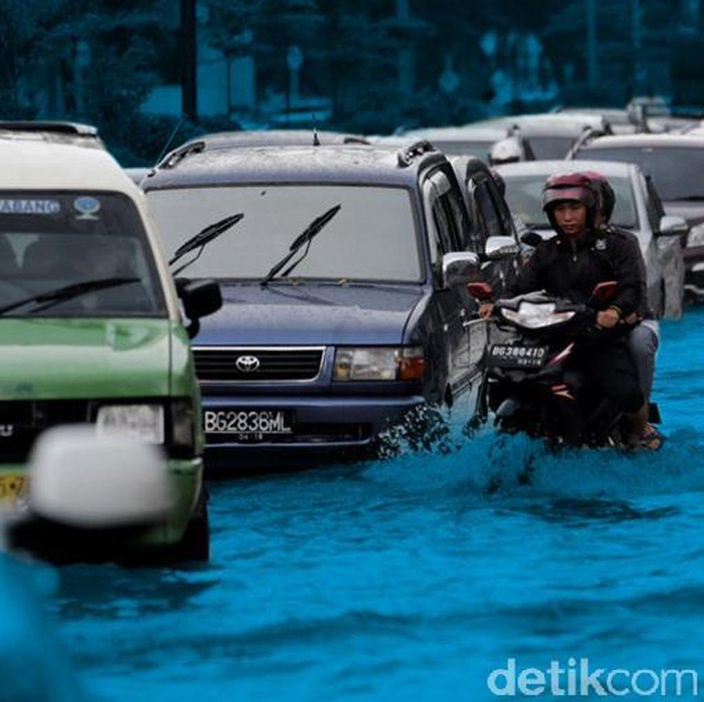 Banjir di SPBU Pertanian, Sepeda Motor Dialihkan ke Tol JORR