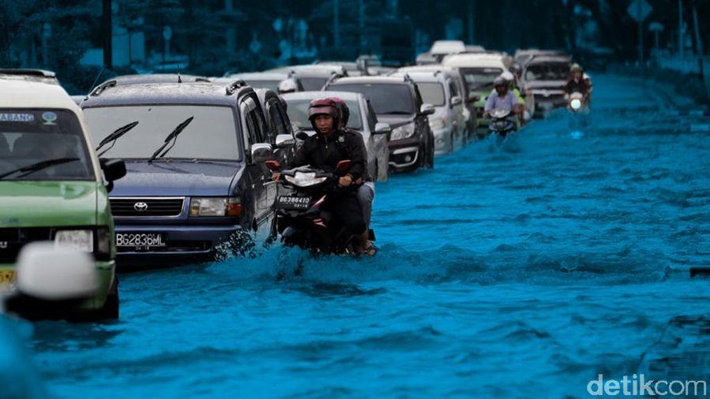 Terowongan GT Cikunir Terendam Air 40 Cm, Lalin Dialihkan