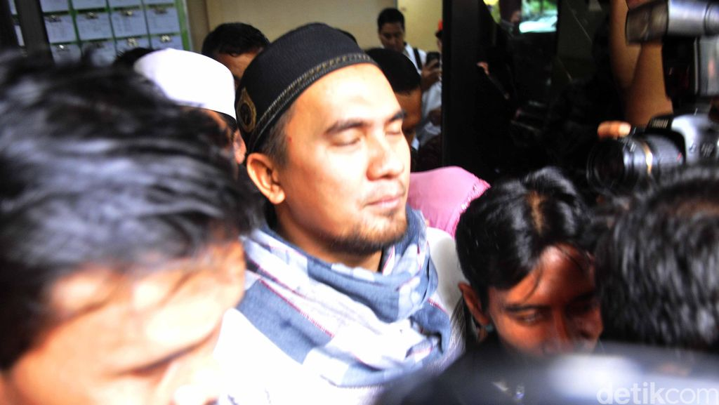Penampakan Saipul Jamil Tinggalkan Polsek Kelapa Gading