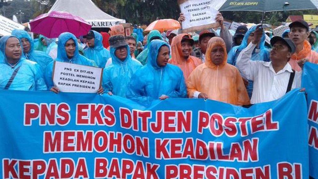 Tuntut Jastel, PNS Eks Ditjen Postel Demo di Depan Istana