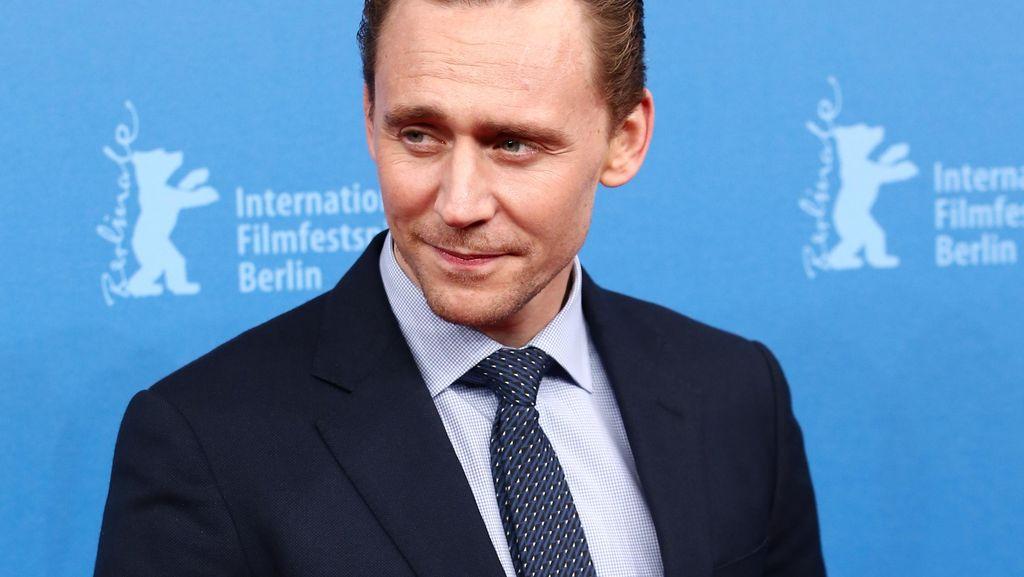 Tom Hiddleston Raih Gelar Selebriti dengan Bokong Terbaik Tahun Ini