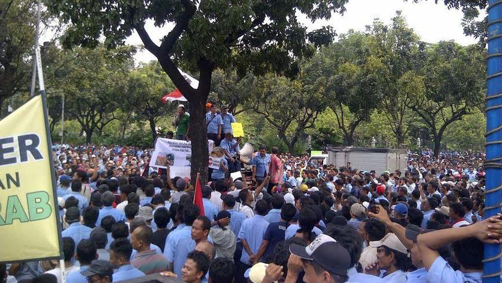 Demo di Balaikota, Ratusan Sopir Taksi Tuntut Ahok Segel Uber cs