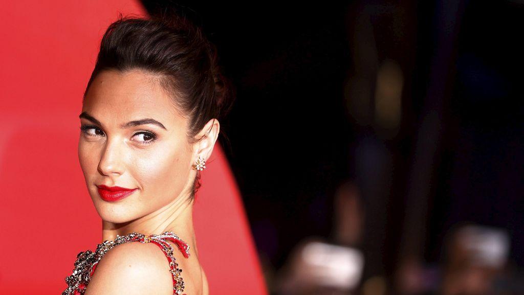 Curhat Gal Gadot, Wonder Woman yang Tak Bisa Pakai Eyeliner Sendiri