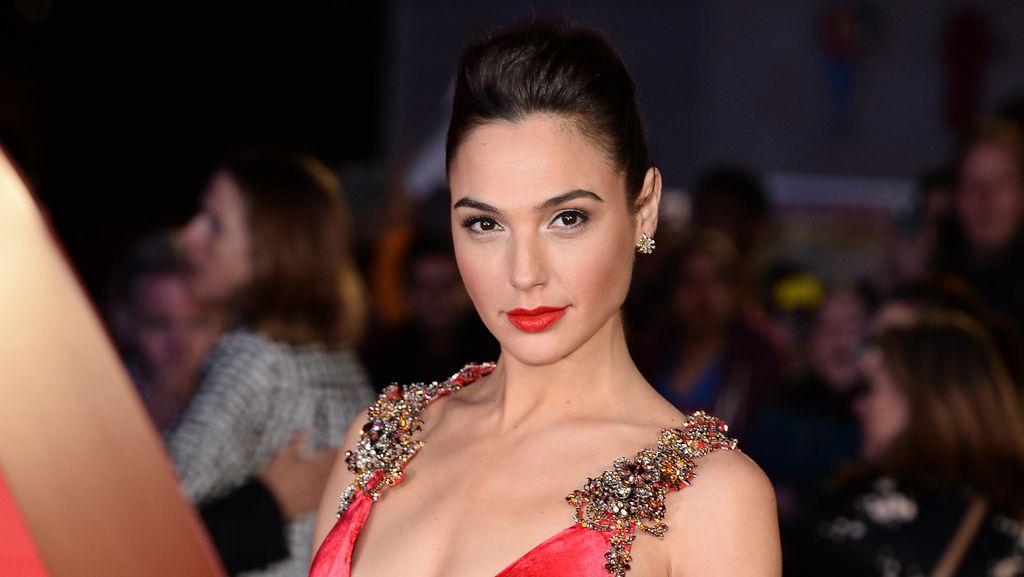 Gal Gadot, Wonder Woman Seksi Bergaun Prada di Premier Batman v Superman