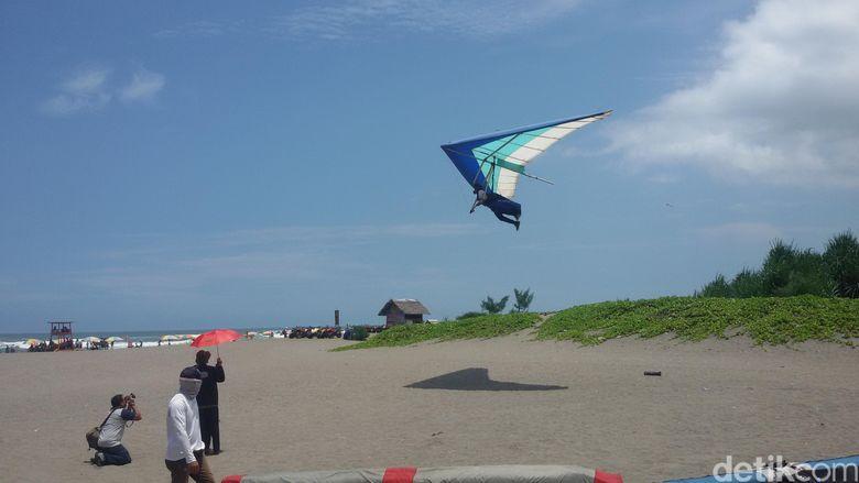 Penerjun Payung Wanita Terjatuh di Laut Saat Atraksi Jogja ...