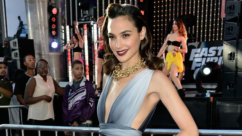 Gal Gadot Seksi Pakai Sandal Gladiator Saat Syuting Wonder Woman