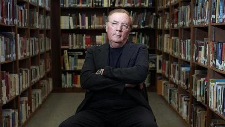 Penulis Thriller Terlaris James Patterson Tulis Buku tentang Aaron Hernandez