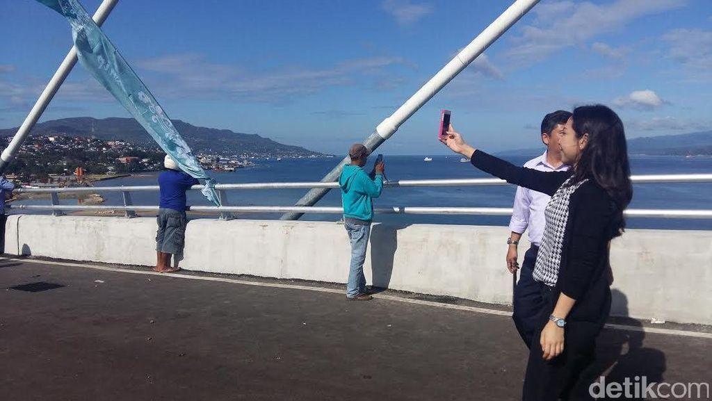 Warga Ambon Ramai-ramai Selfie di Jembatan Terpanjang Indonesia Timur