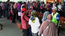 Penumpang Menumpuk di Stasiun Jatinegara