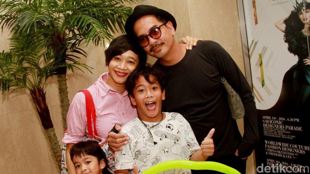 Bangun Kepercayaan, Cara Indra Birowo Batasi Pemakaian Gadget pada Anak