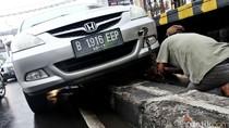 Honda City Tersangkut Pembatas Jalan