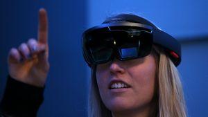 Gandeng Carl Zeiss, Apple Mau Bikin Kacamata AR?