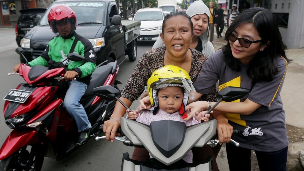 Meme Kocak Ibu-ibu yang Naik Motor