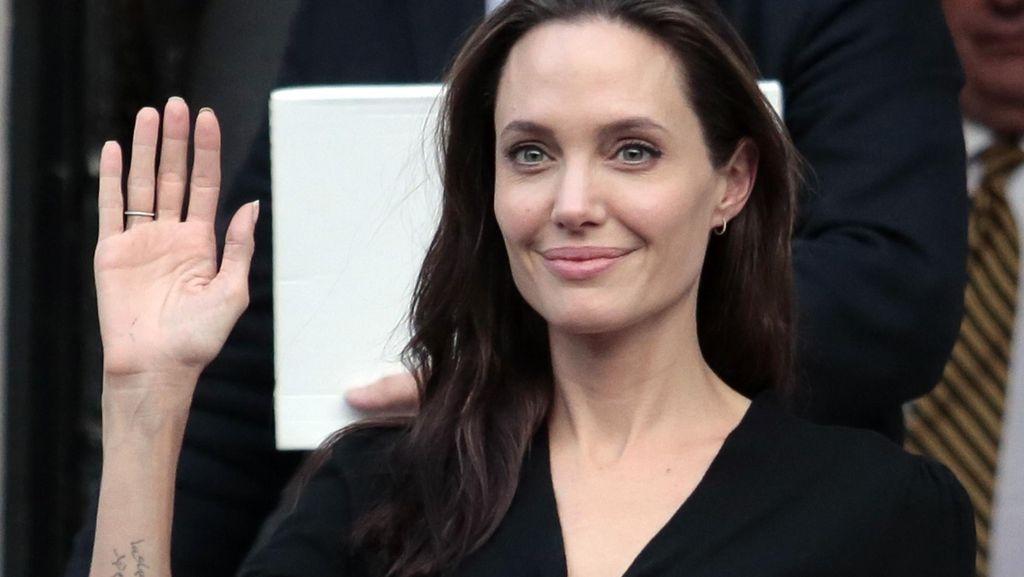 Belum Resmi Cerai dari Brad Pitt, Angelina Jolie Kencani Pria Misterius