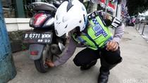 Polisi Cabut Pentil Motor yang Parkir Sembarangan