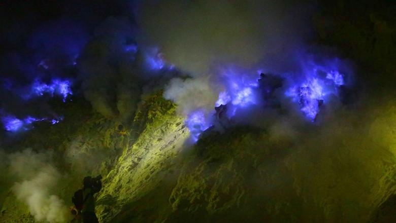 Api biru yang ada di Kawah Ijen Banyuwangi (Ardian Fanani/detikTravel)