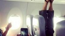 Kasihan Wanita Ini, Duduk di Pesawat Sebelahnya Kaki