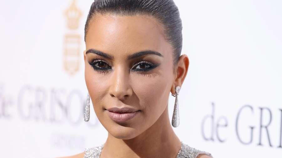 Kim Kardashian Berkilau di Festival Film Cannes