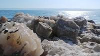 Kadar garam yang tinggi membuat air ini mengandung banyak mineral. Banyak yang berendam di sana untuk perawatan kulit (Madin/detikTravel)