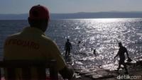 Wisatawan bisa berenang di sana. Karena kadar garam yang tinggi, mereka bisa mengambang tanpa usaha. Ibaratnya mengapung secara otomatis (Madin/detikTravel)
