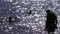 Disebut laut mati karena sekali air mengalir ke sana, takkan bisa mengalir ke mana-mana lagi. Tak heran jika air di sini mengandung kadar garam yang sangat tinggi (Madin/detikTravel)