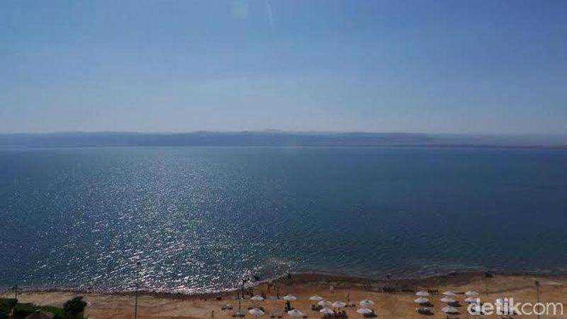 Dead Sea atau Laut Mati berada sekitar 427 meter di bawah permukaan laut. Luasnya sekitar 600 km persegi dengan kedalaman maksimal 304 meter (Madin/detikTravel)