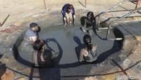 Selain main air, ada juga kolam lumpur yang sering didatangi wisatawan. Lumpur ini dipercaya memiliki banyak mineral yang bisa mempercantik kulit. Mau coba? (Madin/detikTravel)
