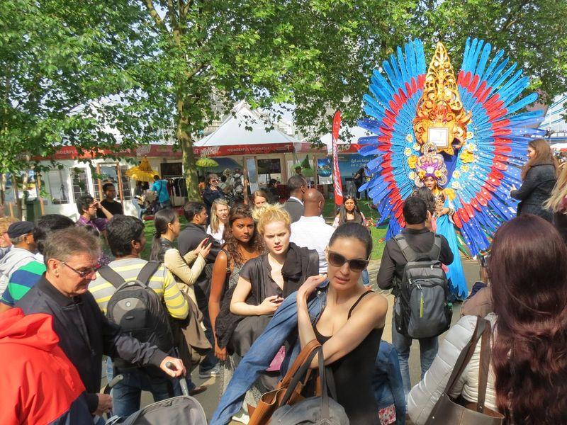 Seorang performer dengan kostum Malang Carnival ramai dikerubuti pengunjung. Kostum yang heboh disukai mereka untuk berfoto bersama (Fitraya/detikTravel)
