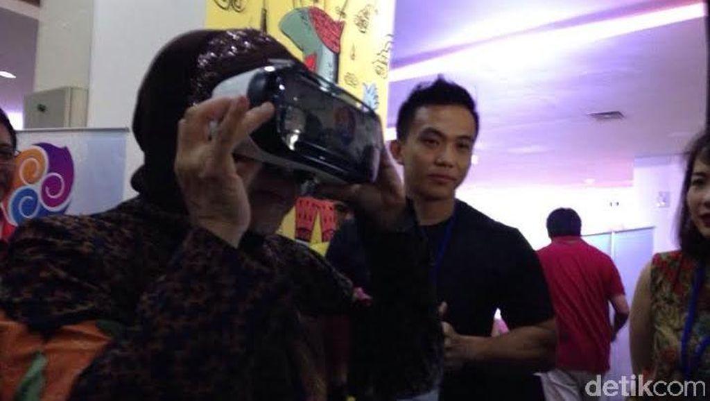 Kunjungi Popcon Surabaya, Wali Kota Risma Jajal Headset VR