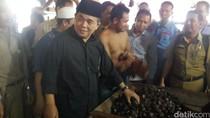 Cek Harga Bahan Kebutuhan di Pasar, Akom Borong Jengkol