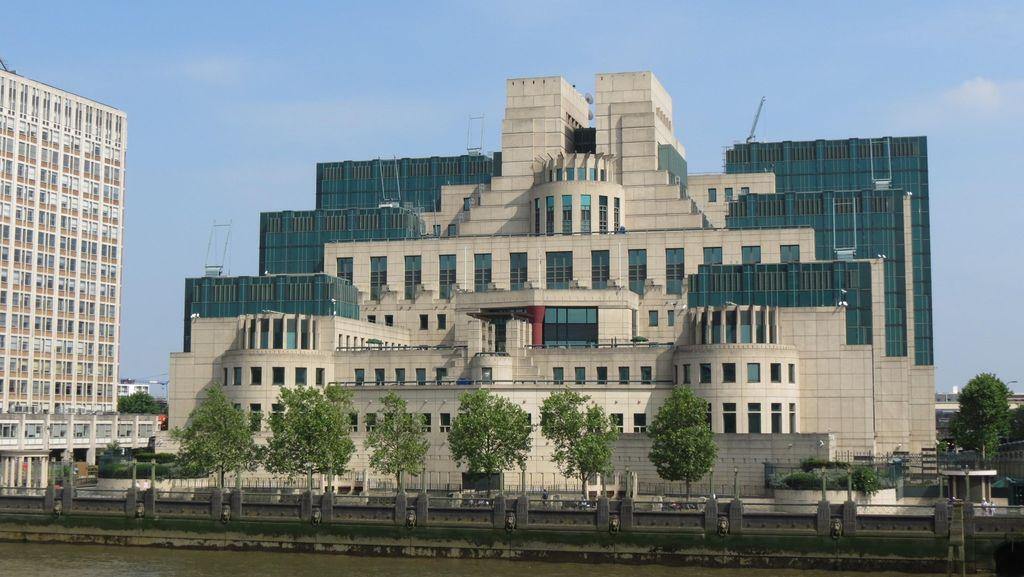 Serangan Teror Bertubi-tubi di Inggris, ke Mana James Bond?