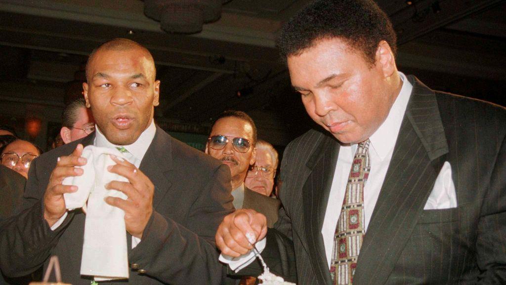 Mike Tyson Juga Jadi Pengusung Peti Jenazah Muhammad Ali