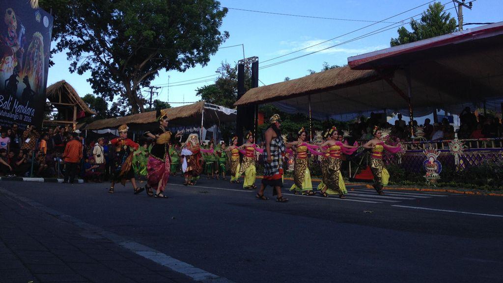 Berpakaian Adat, Jokowi Resmikan Pawai Pesta Kesenian Bali