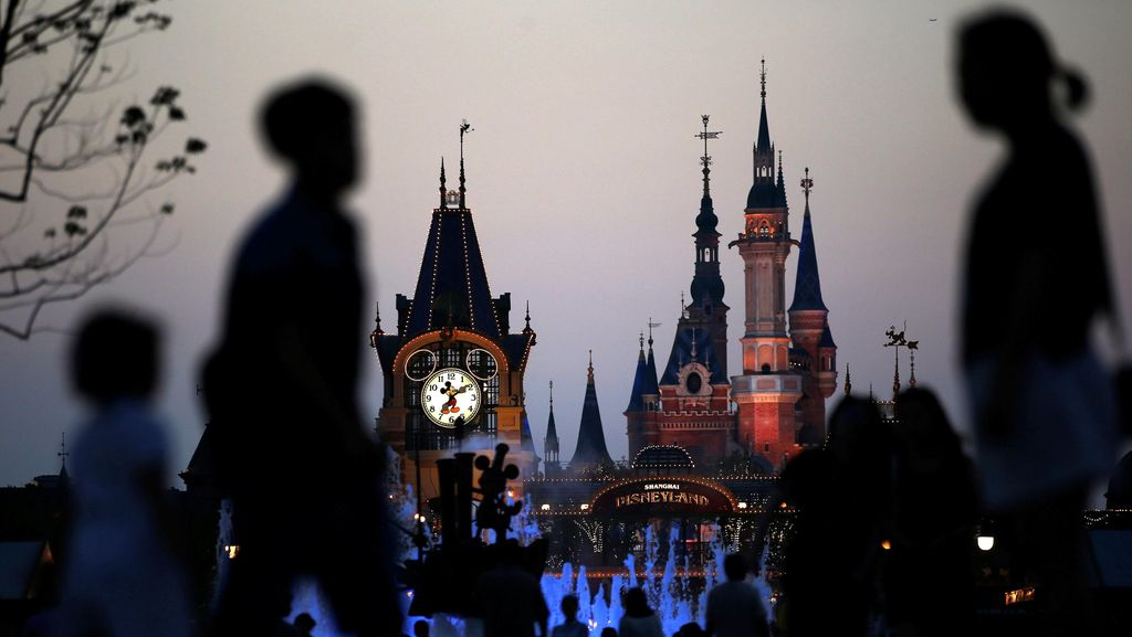 Melihat Kemegahan Disneyland Pertama di China
