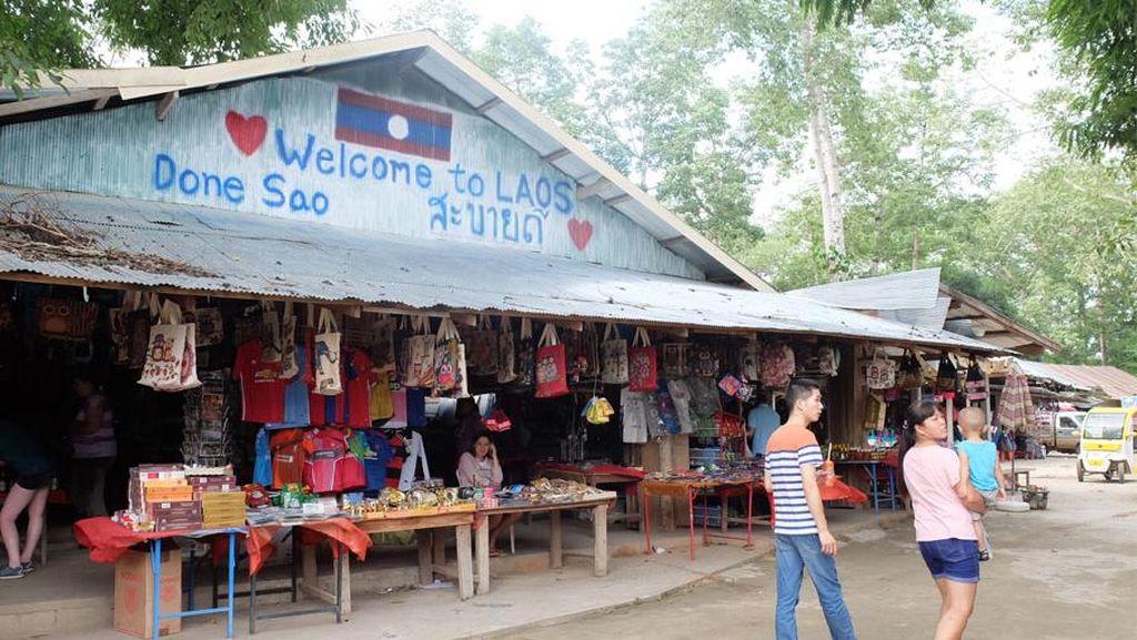 Belanja Suvenir Laos di Dekat Sungai Mekong