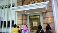Setelah direnovasi oleh pihak pengembang, makam Habib Cikini pun tampak semakin cantik dalam sebuah masjid yang menjadi pelindungnya (Randy/detikTravel)