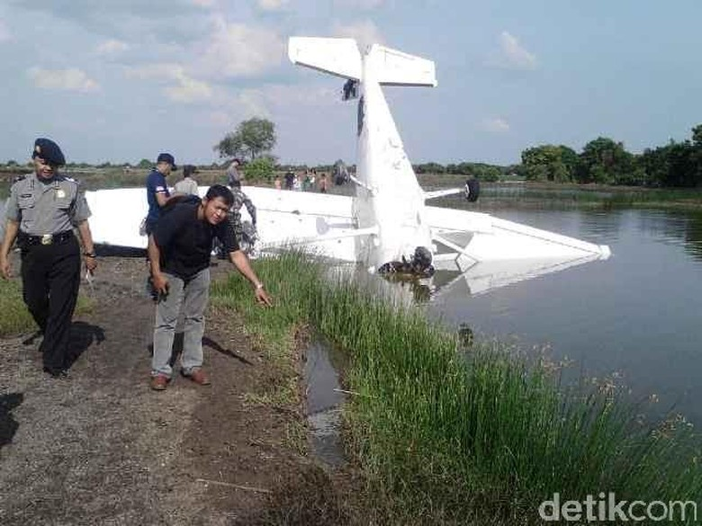 Pesawat Latih yang Jatuh Menancap di Tambak Sempat Mati Mesin di Udara