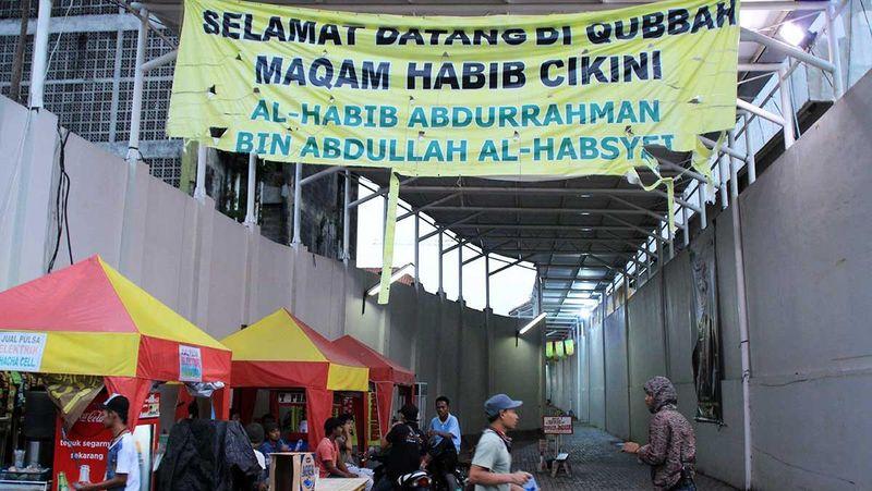 Selain Wali Songo yang menyebarkan ajaran Islam di Pulau Jawa, turut hadir Habib Abdurrahman Bin Abdullah Al Habsyi atau yang populer disebut Habib Cikini. Sosoknya dikenal sebagai alim ulama yang melakukan syiar Islam di Batavia dulu (Randy/detikTravel)