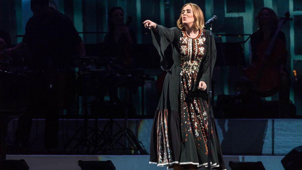 Sweet! Kekasih Adele Sebar Kertas dengan Pesan Cinta Saat Konser