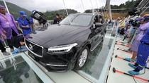 Volvo XC90 Berhasil Lintasi Jembatan Kaca