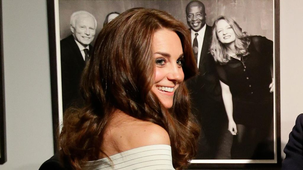 Pesona Kate Middleton Bergaun yang Mengekspos Bahu Indahnya