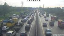 2 Mobil Tabrakan di KM 14, Tol Cikampek ke Jakarta Macet Panjang