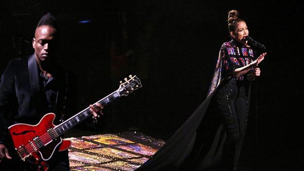 Jubah 6 Meter Jennifer Lopez yang Dilukis Tangan & Berhias 10.000 Swarovski