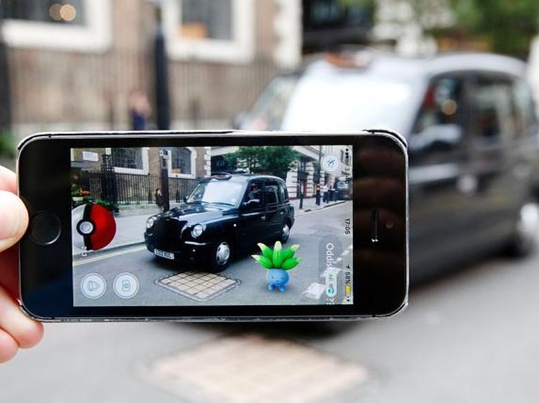 Asyik Kejar Pokemon, Mobil Ini Tabrak Mobil Polisi yang Terparkir